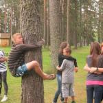 jongen knuffelt boom forever alone