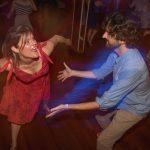 Klazien danst op feestje